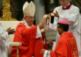 Pallium untuk Mgr. Agustinus Agus: Paus Fransiskus bersiap mengalungkan pallium untuk Mgr. Agustinus Agus, Uskup Agung baru untuk Keuskupan Pontianak.