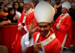 Salam Mgr. Agustinus Agus: Uskup Agung baru untuk Keuskupan Pontianak melambaikan tangan kepada audiens di Basilika Santo Petrus sesaat menerima pallium dari Paus Fransiskus.