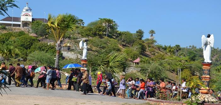 Umat berbondong-bodong datang berdoa di Taman Ziarah Yesus Maria Oebelo