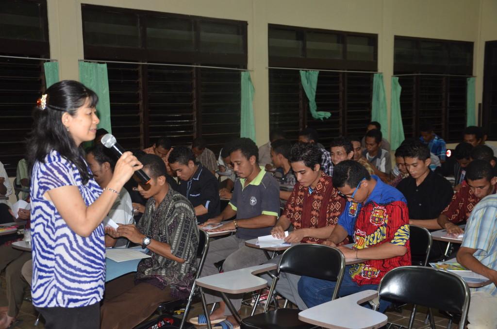Maria Herjani, salah satu anggota Tim Indonesia Menulis sedang bernyanyi bersama peserta workshop menulis.