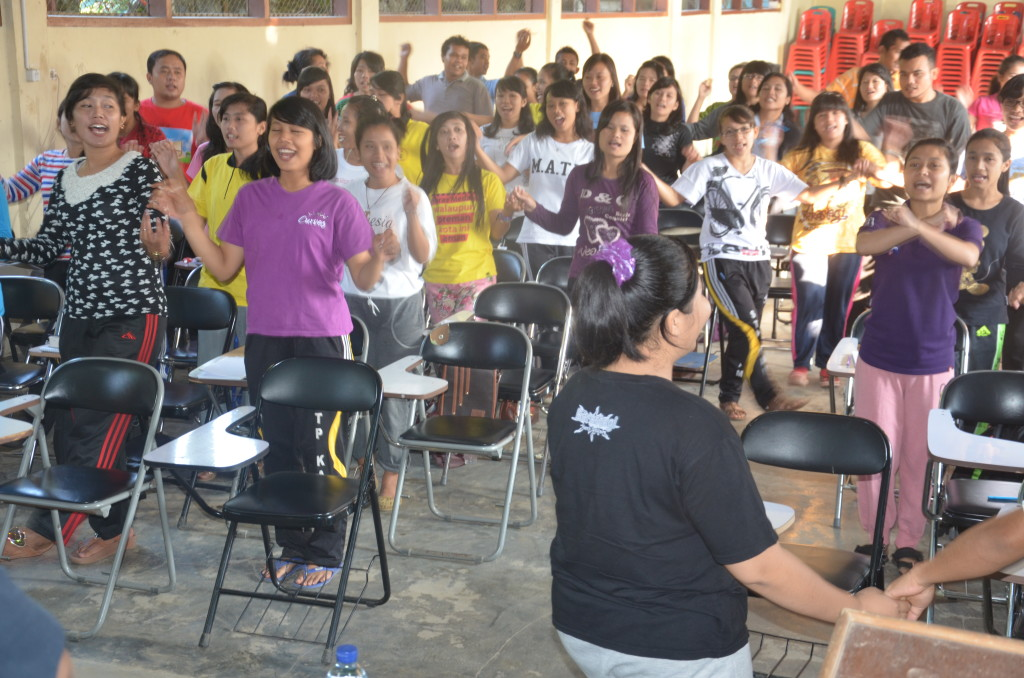 Para peserta pelatihan Public Speaking bersukaria dengan menyanyi dan menari