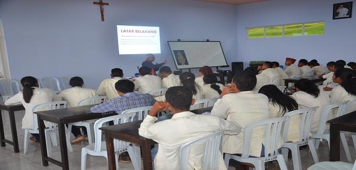40 peserta pelatihan public speaking tekun mendengarkan pemaparan dari bapak Errol Jonathans