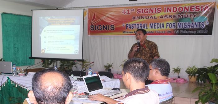 Sekretaris Eksekutif Komsos KWI mempresentasikan karya pastoral Komsos Indonesia