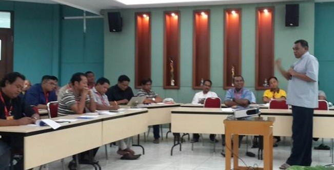 Mgr. John Philip Saklil sedang berbicara dihadapan peserta Rapat Pleno Komkep KWI, Foto Komkep KWI