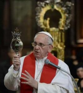 Paus menatap darah keruing Santo Yanuarius yang mencair
