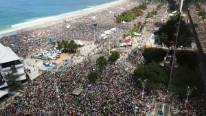 Umat Katolik di Pantai Copacabana saat Paus merayakan Misa