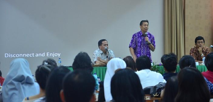 Prof. Dr. Eko Indrajit  dan Rm. Yustinus Ardianto M.A, pembicara dalam seminar  PARENTING 3.0 (Menjadi Orang Tua di Era Sosial Media di Ruang Sidang Lantai IV Grdung KWI di Jl. Cut Mutiah n. 10 Jakarta.