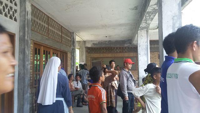 Beberapa Pastor dan suster hadir di tengah para pengungsi untuk memberikan peneguhan dan bantuan makanan