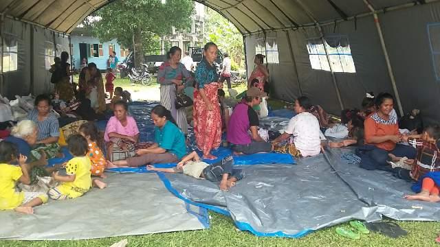 Umat mengungsi di tenda-tenda yang ada di Paroki st. Mikhael Tumbajae.