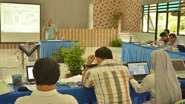 RD. Teguh Santosa, Sekretraris Eksekutif Komisi PSE KWI sedang mempresentasikan program Karya Pastoral 2016.