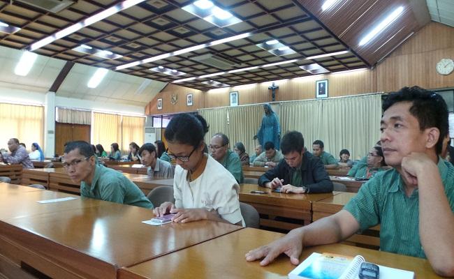 Karyawan-karyawati KWI ketika mengikuti pertemuan bersama di Aula KWI
