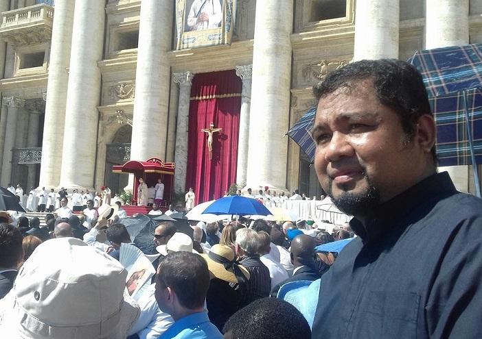 Pastor Bernard Blolong, SVD ketika mengikuti perayaan Misa Kanonisasi Bunda Teresa di Vatikan