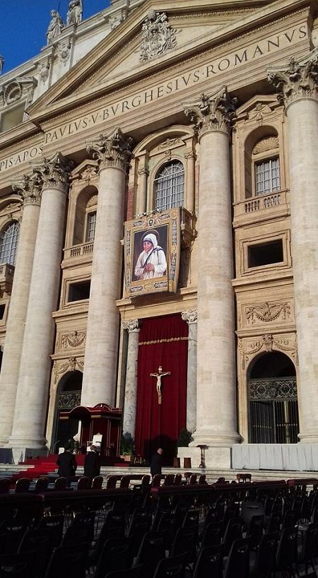 Pigura Bunda Teresa dipasang di tembok depan Basilika St. Petrus di Vatikan