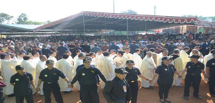 Sebagian besar umat yang hadir sedang mengikuti prosesi masuk para imam dan uskup pada misa tahbisan Uskup Malang di stadion Gajayana