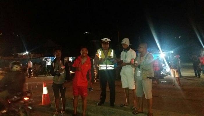 Seorangpolisi yang kebagian-brosur-parwisata-kei-kecil ketika rombongan OMK Kei Kecil tiba di Sorong