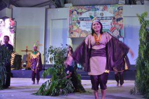Atraksi budaya OMK Keuskupan Amboina pada malam budaya IYD 2016 di Manado (2)