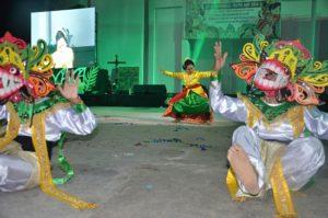Atraksi malam budaya OMK Keuskupan Purwokerto pada IYD 2016 di Manado (2)