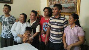Nano, bersama keluarga angkat/ foto : Retno Wulandari (dok.Komsos KWI)