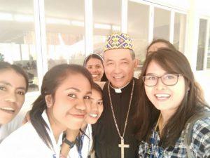 Mgr.Agus foto bersama beberapa OMK