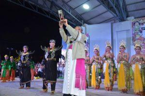Penyerahan kenang-kenangan kepada Mgr. Yoseph Suwatan MSC pada akhir pentas budaya OMK Keuskupan Malang