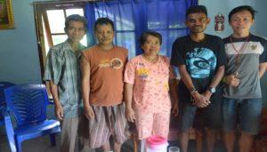 satnislaus-weto-kaus-hitam-bersama-keluarga-angkatnya-di-Simompo,Manado