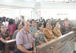 Umat paroki Karombasan khusuk mengikuti misa bersama OMK Keuskupan Agung Semarang