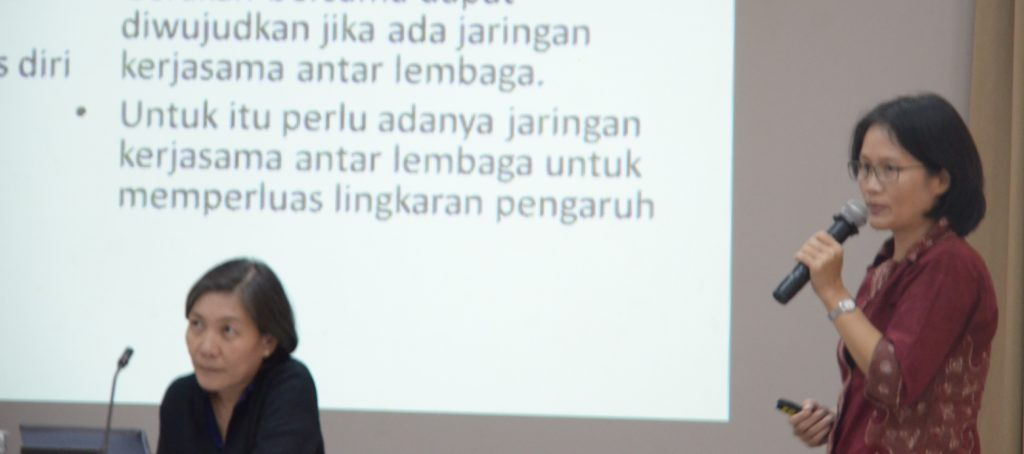 Justina Rostiawati (duduk) dan Royani Ping