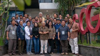 Peserta, narasumber dan panitia lokakarya manajemen radio pewartaan mengadakan foto bersama di halaman kantor Radio Suara Surabaya
