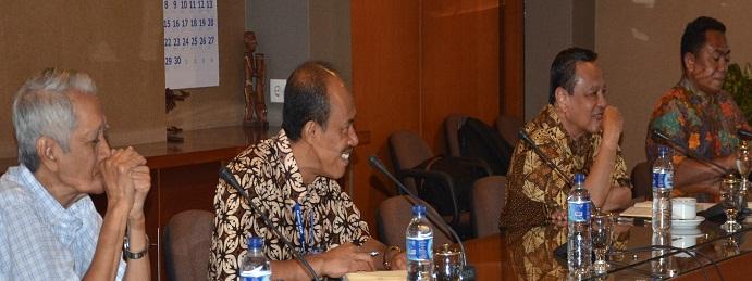 Mgr. Suharyo didampingi para romo sekretaris (Foto Komsos KWI)