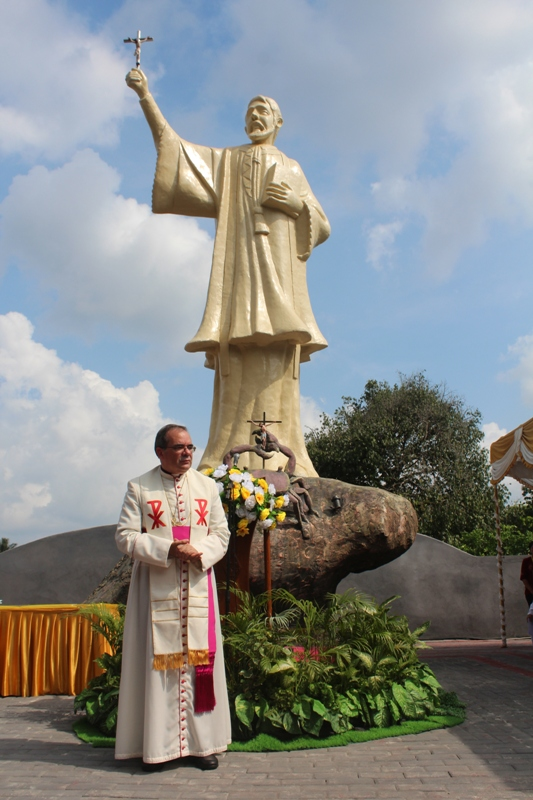 dubes vatikan di depan patung santo fransikus ambon