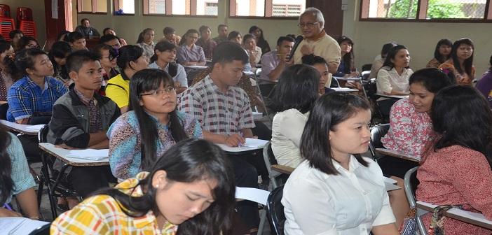 Mahasiswa Semester V STP St. Bonaventura KAM dengan tekun mendengarkan penjelasan Errol Jonathans (Fasilitator Public Speaking/ Dok. Komsos KWI)