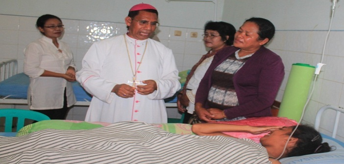 Mgr. Domi menjalankan tugas berpastoral bagi orang sakit, foto Komsos KA.