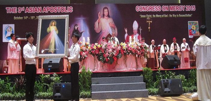 Mgr. Antonio Guido Filipazz, Nuncio Apostolic Indonesia, selaku selebran utama misa pembukaan Konggres Kerahiman Ilahi se-Asia