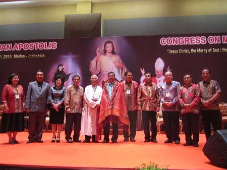 Mgr. Anicetus Bongsu A. Sinaga, OFM.Cap foto bersama Plt. Gubernur H. Tengku Erry Nuradi dan panitia