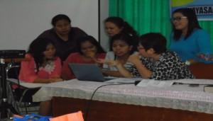 Peserta workshop sedang terlibat dalam diskusi bersama