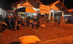 Tampak - Beberapa jurnalis muda dari Komsos Keuskupan Purwokerto sedang melakukan wawancara dengan pedagang di Pasar Rempoah, Minggu pagi (14/2), Foto: Komsos Keuskupan Purwokerto