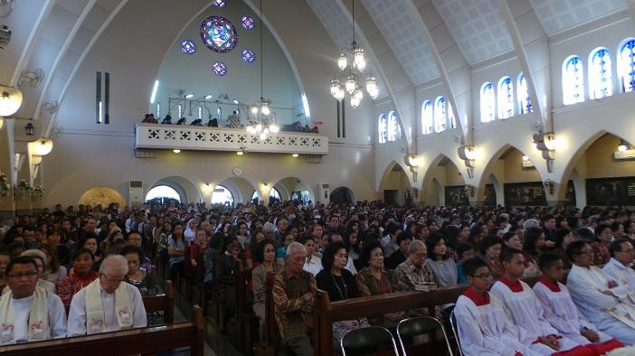 Umat Katolik mengikuti perayaan misa perdana Mgr. Henricus di Gereja Katedral Ijen, Malang.