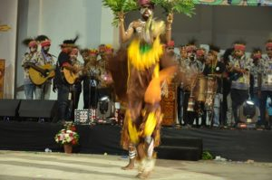 Atraksi budaya OMK Keuskupan Manokwari pada Malam Budaya IYD 2016 di Manado (3)