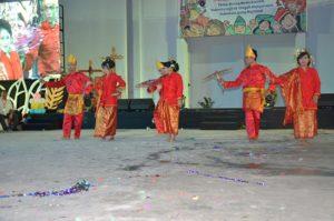 Atraksi budaya OMK Keuskupan Padang pada malam budaya IYD 2016 di Manado (1)