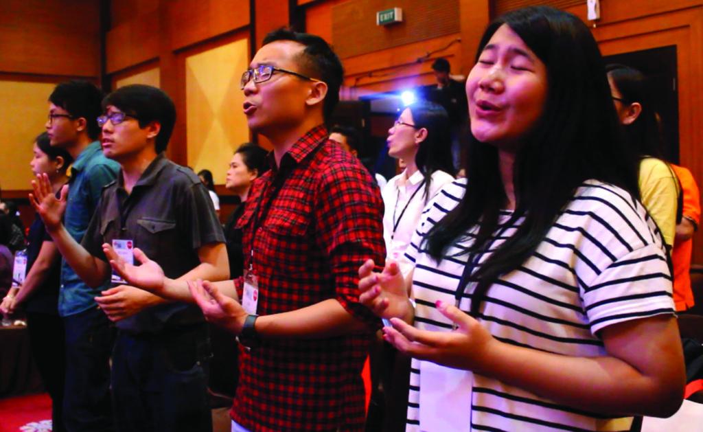 OMK Karismatik larut dalam doa (Doc. Komsos KaPAL)