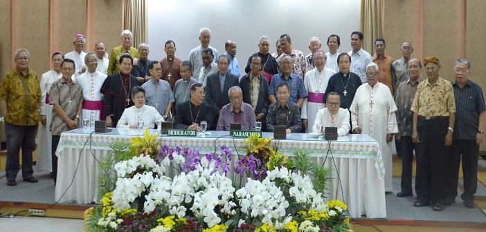 Bapak Ignasius Jonan foto bersama dengan Bapak Kardinal, para uskup dan Romo Administrator Diosesan Keuskupan Agung Semarang.