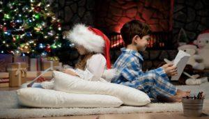 anak-anak-membaca-surat-dilatari-suasana-menjelang-natal, foto: Dreamstime